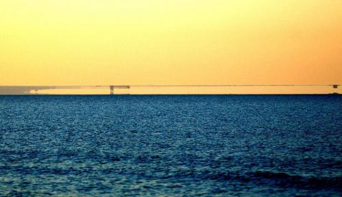 Fatamorgana, miraż górny z lewej latarnia na Helu, widok z plaży w Sobieszewie. #Fatamorgana #Hel #MirażGórny
