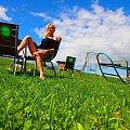 wakacje #wakacje #dziewczyna #odpoczynek #blondynka #trawa #niebo #błękit #zamyślenie #huśtawka