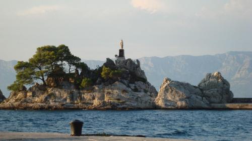 Trpanj znajduje się przy Kanale Neratvanskim na północnym wybrzeżu półwyspu Pljeszac (Chorwacja).
