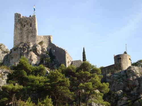 Ponad miastem Omiś (Chorwacja), na stromej skale wznoszą się malownicze ruiny twierdzy Fortica (Starigrad, 311 m n.p.m.), z której przy pięknej pogodzie widać Włochy...
