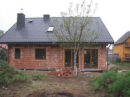 Jaki kolor podbitki dachowej do czarnego dachu