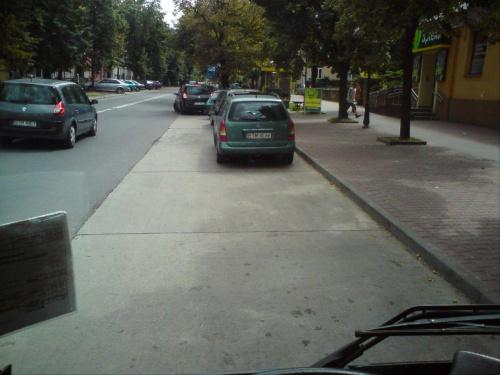Całe stadko parkuje w zatoce autobusowej na ul Antoniego w Tomaszowie. To codzienne wybryki kierowców... czasem temperowane przez SM... #TomaszówMazowiecki #ZłeParkowanie